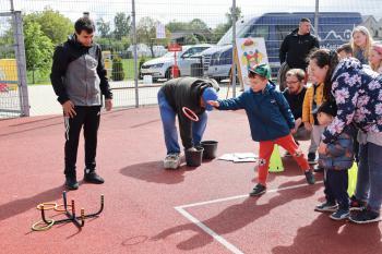 Na zdjęciu uczestnicy podczas konkurencji rzutów do celu