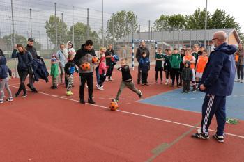 Na zdjęciu uczestnicy zabawy podczas konkurencji strzału do celu