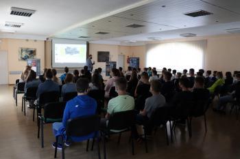 Zdjęcie przedstawia uczestników lekcji historii w sali GCK.