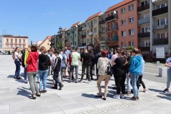 Na zdjęciu uczestnicy lekcji oglądają wystawę na bialskim rynku.