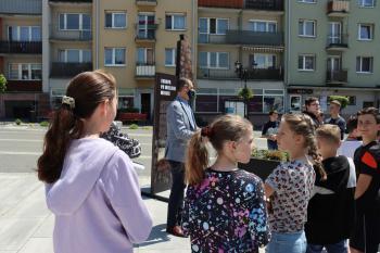 Zdjęcie przedstawia uczestników lekcji na bialskim rynku.
