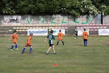 Zdjęcie przedstawia młodych piłkarzy podczas gry