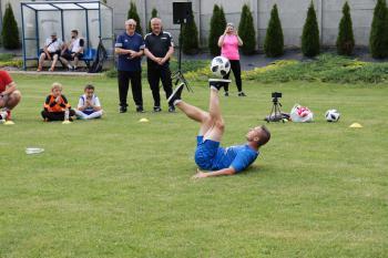 Zdjęcie przedstawia Pawła Skórę podczas pokazu trików piłkarskich