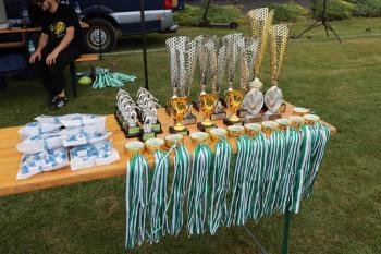Zdjęcie przedstawia medale i puchary dla zawodników