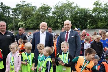 Zdjęcie przedstawia Burmistrza Białej Edwarda Plicko oraz Prezesa firmy Ustronianka wraz z zawodnikami