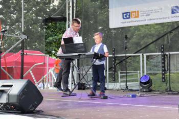 Na scenie uczeń lekcji gry na klawiszach