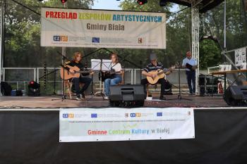 Na zdjęciu członkowie zespołu gitarowego Kadencja na scenie