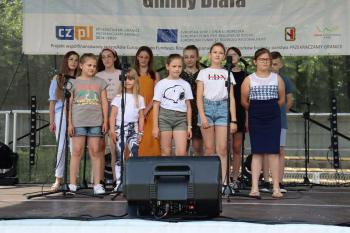 Zdjęcie przedstawia członków Studia Piosenki na scenie