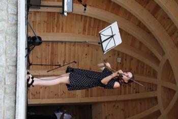 Grę na skrzypcach prezentuje Magdalena Gnielka
