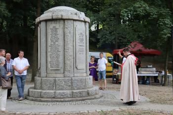 Ksiądz diakon Marek Dziony poświęca pomnik ofiar I wojny światowej
