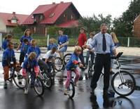Zdjęcie przedstawia Eryka Murlowskiego i grupę monocyklistów.