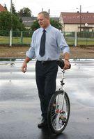 Zdjęcie przedstawia Eryka Murlowskiego z monocyklem.