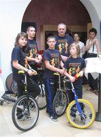 Zdjęcie przedstawia Eryka Murlowskiego i monocyklistów.