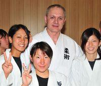 Na zdjęciu znajduje się Eryk Murlowski z uczniami.