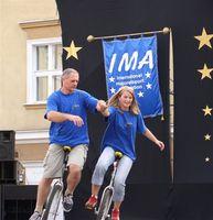 Zdjęcie przedstawia Eryka Murlowskiego i uczennicę na monocyklach.