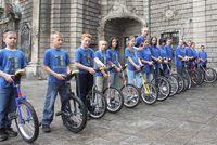 Zdjęcie przedstawia grupę monocyklistów z Chrzelic.