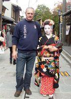 Zdjęcie przedstawia Eryka Murlowskiego z kobietą w tradycyjnym japońskim stroju.